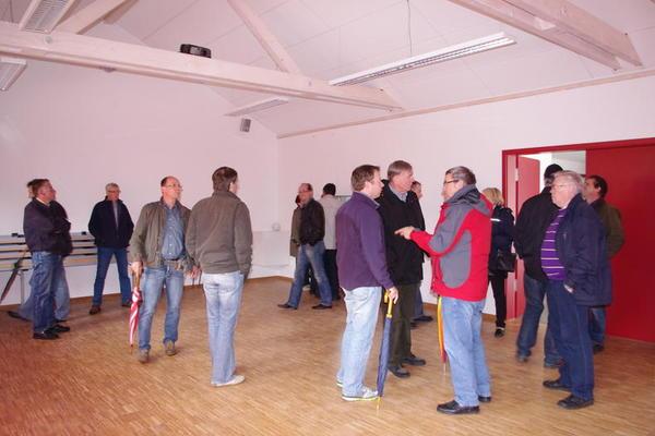 Sitzungen kommunaler Gremien finden auch außerhalb des Rathauses statt; hier: Besichtigung des neuen Feuerwehrunterrichtsraumes in Garmissen-Garbolzum durch die Mitglieder des Fachbereichsausschusses Foto (c) Diehl / Gemeinde Schellerten