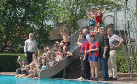 Die Badesaison 2013 im beheizten Freibad Garmissen ist eröffnet Foto (c) Lindinger / Gemeinde Schellerten