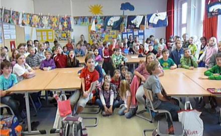 Die Kinder und Lehrer der Grundschule Ottbergen freuen sich per Videobotschaft über das im vergangenen Jahr von der Gemeinde Schellerten neu beschaffte Mobiliar Foto (c) Grundschule Ottbergen