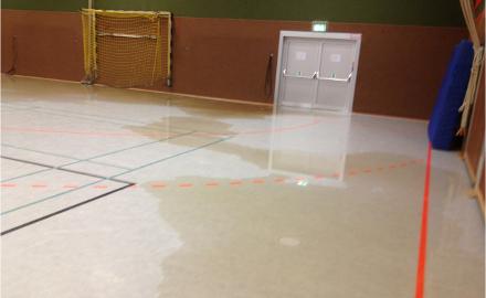 Auf Grund von Reparaturmaßnahmen infolge des bei den vergangenen Starkregenereignissen eingedrungenen Wassers muss die Sporthalle Schellerten bis zu den Sommerferien geschlossen bleiben. Foto (c) Gemeinde Schellerten