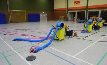 Auch durch den Einsatz von Trocknungsgeräten ist es nicht gelungen, den Schwingboden der Sporthalle Schellerten zu retten Foto (c) Witte / Gemeinde Schellerten
