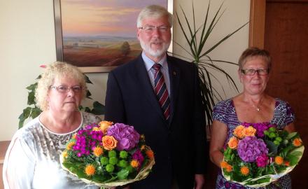 Bürgermeister Axel Witte gratuliert den langjährigen Mitarbeiterinnen Annegret Grovejahn und Dagmar Müller zum 25-jährigen Dienstjubiläum Foto (c) Gemeinde Schellerten