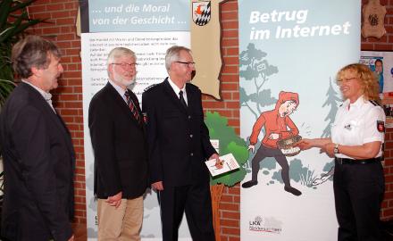 Ingrid Wiltzsch, Uwe Semper, Bürgermeister Axel Witte und Heiko Wobbecke (von rechts) eröffnen die Ausstellung