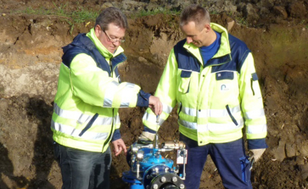 Die Fachleute des Wasserverbands beim Einstellen und Testen eines Druckminderers. Foto (c) Wasserverband Peine