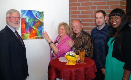 Bürgermeister Axel Witte mit Künstlerin Edith und Klaus Bormann sowie Sohn Torsten Hartmann und Laudatorin Djanabou Diallo-Hartmann (von links) vor einem der farbenprächtigen Werke im Rathaus der Gemeinde Schellerten. Foto: Wiechens