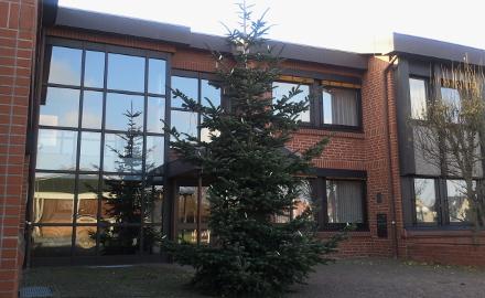 Weihnachtsbaum vor dem Rathaus Foto (c)Lindinger/Gemeinde Schellerten