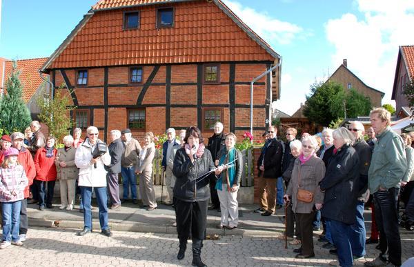 Heimatpflege in der Gemeinde Schellerten - Historischer Rundgang durch Schellerten aus Anlass der ersten urkundlichen Erwähnung vor 800 Jahren Foto (c) Wiechens 2012