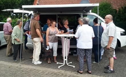 Das Machmits-Infomobil informierte vor dem Dorfgemeinschaftshaus in Farmsen Foto (c) Lindinger / Gemeinde Schellerten