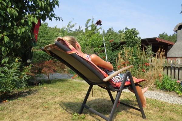 Die Redaktion von Niemegk-bloggt ruft für den Rest des Sommers zu einer Selfie-Aktion im Amt Niemegk und in der niedersächsischen Gemeinde Schellerten auf. Das soll  ein kleiner Beitrag sein, damit sich junge und ältere Leute in den beiden Partnergemeinden sich etwas näher kommen und bekannt machen - zumindest mit einem Selfie. Im Bild: Welches Motiv hier im Blick ist, wissen wir nicht. Nur das ist zu sehen: Teenager hängt im Garten ab. Foto: Niemegk-bloggt.de