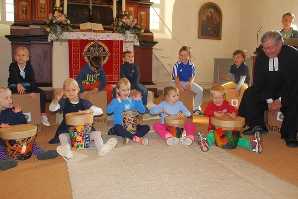 Kinder und Erwachsene trommelten im Gottesdienst anlässlich der Einweihung der neuen Krippengruppe an der Kindertagesstätte in Garmissen-Garbolzum. Foto (c) Kruse