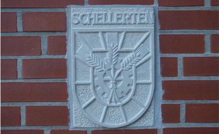 Die Haushaltssatzung 2015 der Gemeinde Schellerten ist nach Veröffentlichung im Amtsblatt für den Landkreis Hildesheim in Kraft getreten - Wappenrelief am Schellerter Rathaus - Foto (c) A.Leinemann , Relief (c) Karl-Heinz-Mädel