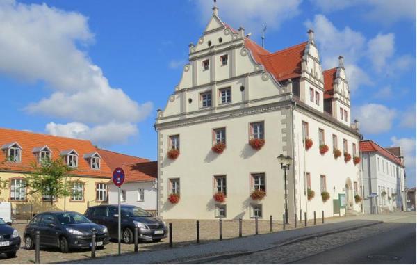 Seit dem 13.12.1997 besteht eine Partnerschaft mit dem Amt Niemegk im Bundesland Brandenburg, die durch zahlreiche Kontakte gepflegt wird Foto:Rathaus des Amtes Niemegk, Brandenburg Bild (c) Gunnar Neubert