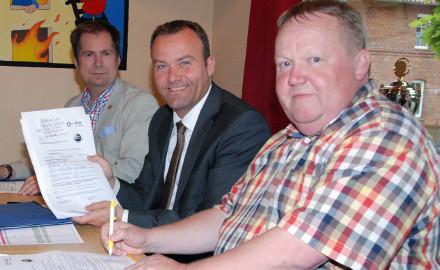 Friedhelm Hallmann, Thomas Heitmann und Stefan Lindinger freuen sich über das Interesse der Kemmer Einwohner an einer Verbesserung der VDSL-Versorgung in der Ortschaft. (v.r.n.l.) Foto (c) Wiechens
