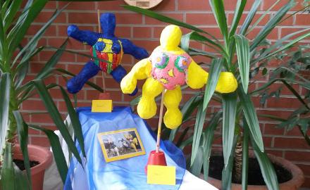 Die Wanderausstellung »Kinder und ihre Nanas« der Ev.-luth. Integrativen Kindertagesstätte St. Lukas in Garmissen ist jetzt im Rathaus der Gemeinde Schellerten zu sehen. Foto (c) Klapprott/Gemeinde Schellerten