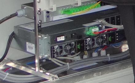 Innenleben eines Technik-Shelters der Fa. htp - in dem die neuen schnellen Glasfaserverbindungen mittels VDSL-Vectoring-Technik auf die vorhandene Kupferverkabelung innerhalb der Ortslagen aufgeschaltet und dadurch die Haushalte mit Internetgeschwindigkeiten von bis zu 100MBit/s. versorgt werden (Foto © htp GmbH)