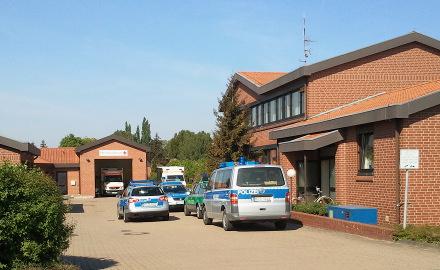 Einsatzfahrzeuge der Polizei und der Rettungswache auf dem Gelände des Rathauses und der Feuerwehr in Schellerten Foto (c) Lindinger