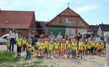 Mit Warnwesten ausgestattet machten sich die Kindergartenkinder auf den Weg zum Dingelber Kindergartenneubau. (c) Andrea Hempen (Hildesheimer Allgemeine Zeitung)