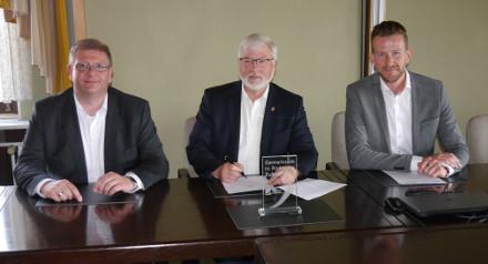 Unterzeichnung des Kooperationsvertrages durch Jens Meyering (Deutsche Glasfaser), Axel Witte (Gemeinde Schellerten), Marcel Büter (Deutsche Glasfaser), Foto: Deutsche Glasfaser