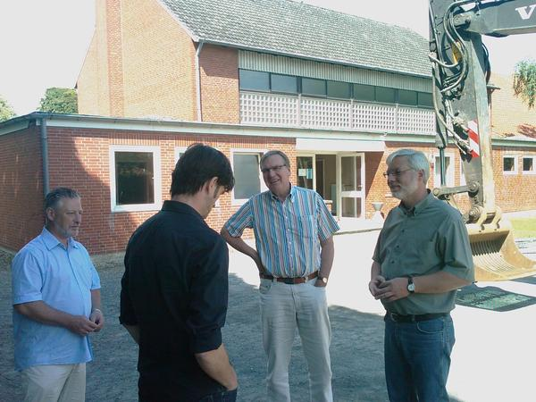 Architekt Michael Aselmeier (2.v.l.) erläutert den Baufortschritt an der Klosterhalle in Ottbergen Dipl. Ing Andreas Diehl, Kämmerer Norbert Siegel und Bürgermeister Axel Witte (von links, Foto: Lindinger).