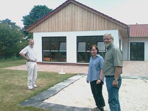 Bürgermeister Axel Witte (rechts) besucht die mit Fördermitteln der Gemeinde Schellerten in Höhe von 81.000 € gebaute neue Kinderkrippe in Garmissen-Garbolzum. Foto (c) Gemeinde Schellerten