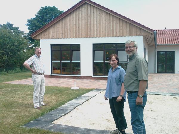 Bürgermeister Axel Witte (rechts) besucht die mit Fördermitteln der Gemeinde Schellerten in Höhe von 81.000 € gebaute neue Kinderkrippe in Garmissen-Garbolzum.