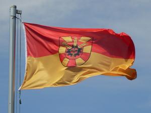 Flagge der Gemeinde Schellerten im Wind