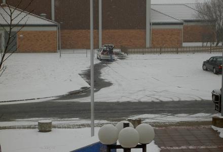Räumdienst im Winter vor der Sporthalle Schellerten (Foto: Lindinger)
