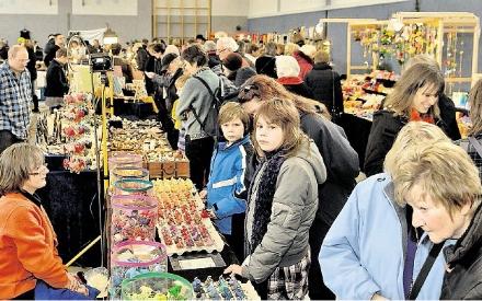 Zwölfter Kunsthandwerkermarkt in der Richard-von-Weizsäcker-Schule in Ottbergen. Über 1000 Besucher tummelte sich an den 63 Ständen. Immer auf der Suche nach einem Schnäppchen oder einem hübschen Geschenk. (Foto: Schlittenbauer)