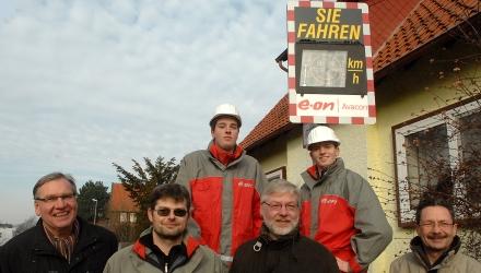Witte und Kämmerer Norbert Siegel (Zweiter von links) dankten e.on Avacon für die Anlage und haben den nächsten Standort schon ausgeguckt: (Foto: Schlittenbauer)