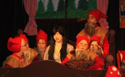 Wie werden wir Schneewittchen los ? Die Musical-AG der Bördeschule Schellerten-Dinklar bringt eine erfrischende Version des Märchenklassikers mit großem Bühnenbild und tollen Kostümen auf die Bühne Foto: Bördeschule