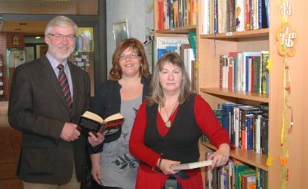 Im Erdgeschoss des Rathauses der Gemeinde Schellerten befindet sich ein offener Bücherschrank. Foto (c) Lindinger/Gemeinde Schellerten