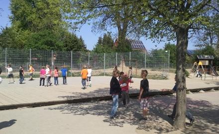 Kinder auf dem Schulhof der Bördeschule in Schellerten Foto: Lindinger
