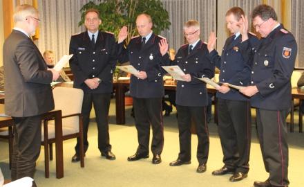 Vereidigung von Ehrenbeamten der Feuerwehr durch Bürgermeister Axel Witte Foto (c) Lindinger / Gemeinde Schellerten