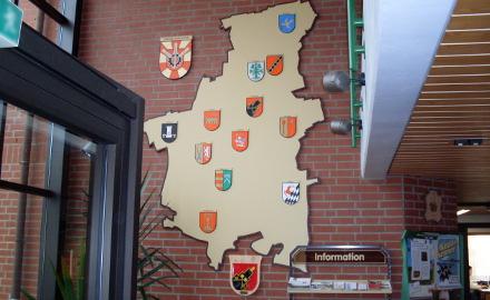 Ortschaftswappen im Foyer des Rathauses Foto (c) Gemeinde Schellerten